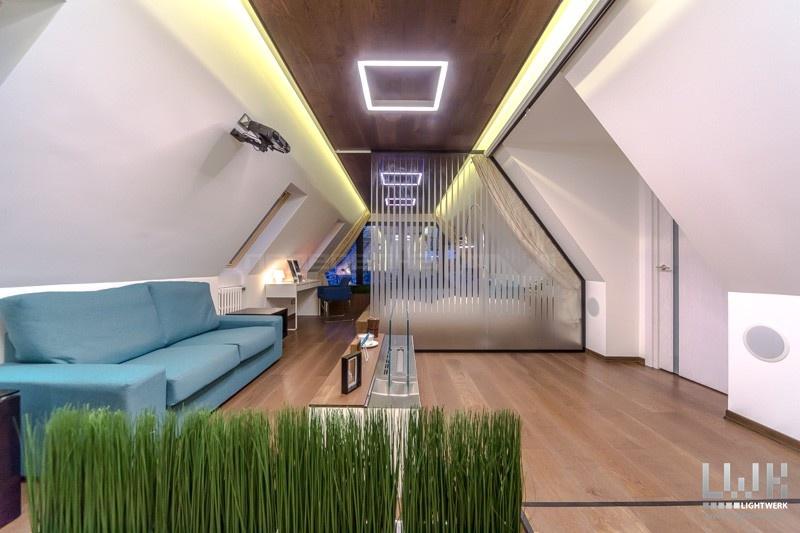 Освещение в мансарде со скошенным потолком.